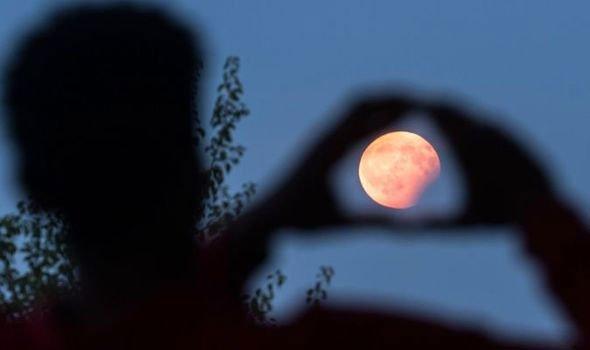 Ngày mai, hiện tượng trăng hồng độc đáo sẽ xuất hiện