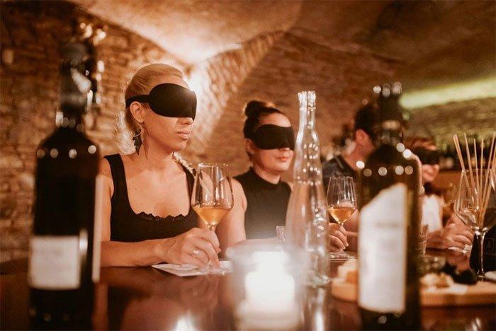 Nghịch lý: Rượu sẽ trở nên ngon hơn nếu bạn... tăng giá bán
