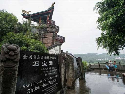 Ngôi đền 12 tầng không hề dùng đinh, nằm hiên ngang giữa sông cả trăm năm