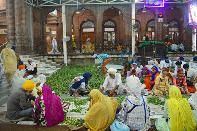 Ngôi đền dát vàng giữa hồ thiêng chữa bách bệnh ở Ấn Độ