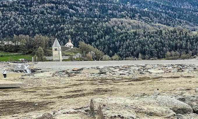 Ngôi làng Italy nổi lên giữa mặt hồ sau 70 năm