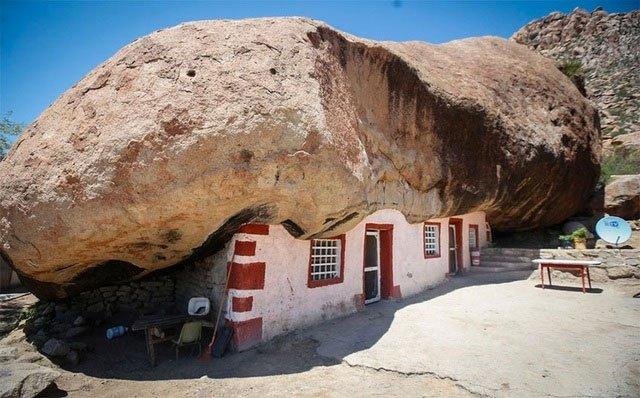 Ngôi nhà kỳ lạ nằm dưới tảngđá nặng 850 tấn giữa sa mạc rộng lớn