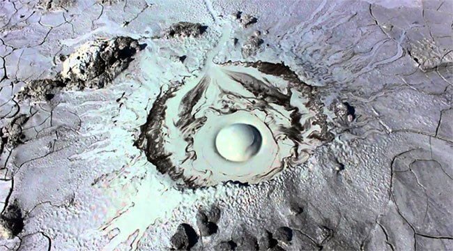 Ngọn núi lửa kỳ lạ giống hệt mắt người khổng lồ
