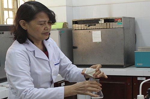 Nhà khoa học nữ chuyên thuần hóa chất thải