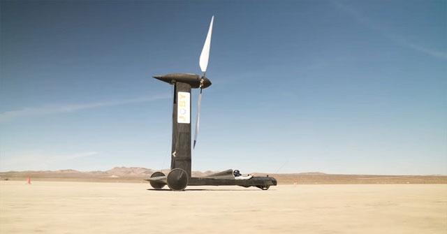 Nhà vật lý nhận sai khi thấy chiếc xe chạy nhanh hơn gió