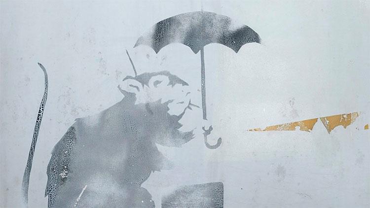Nhật Bản xôn xao về bức vẽ chuột cầm ô bí ẩn ở nhà ga Tokyo