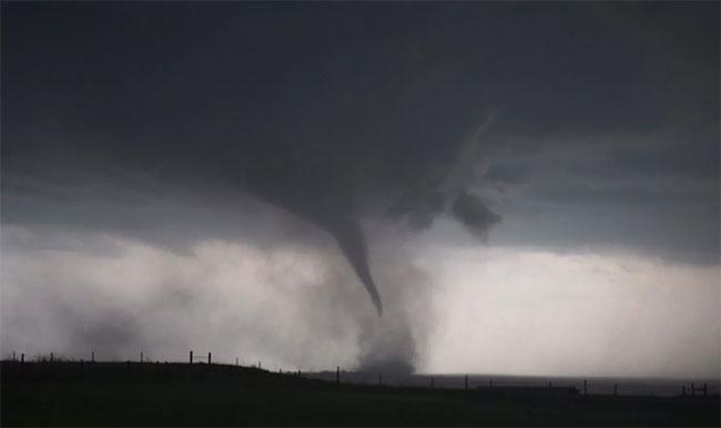 Nhóm săn bão đứng giữa cơn lốc xoáy đang hình thành ở Mỹ