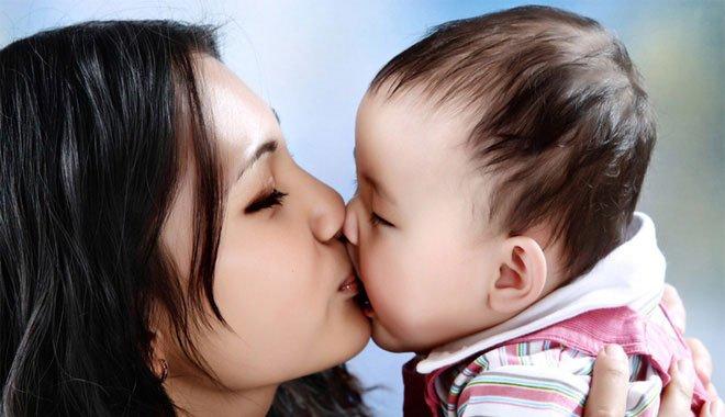 Những căn bệnh đáng sợ lây qua nụ hôn mà các bậc cha mẹ cần biết