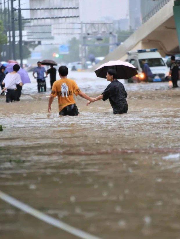Những hình ảnh không thể tin nổi về trận lũ ngàn năm có một ở Trịnh Châu, Trung Quốc