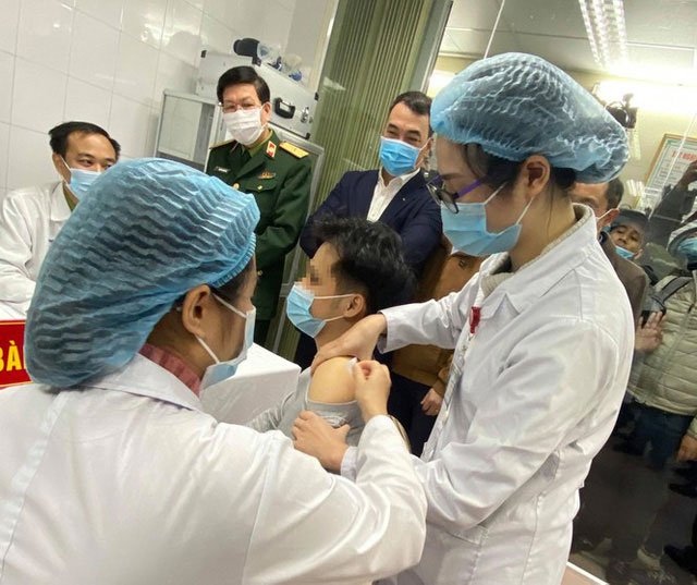 Những hình ảnh về người đầu tiên tiêm thử nghiệm vaccine ngừa Covid-19