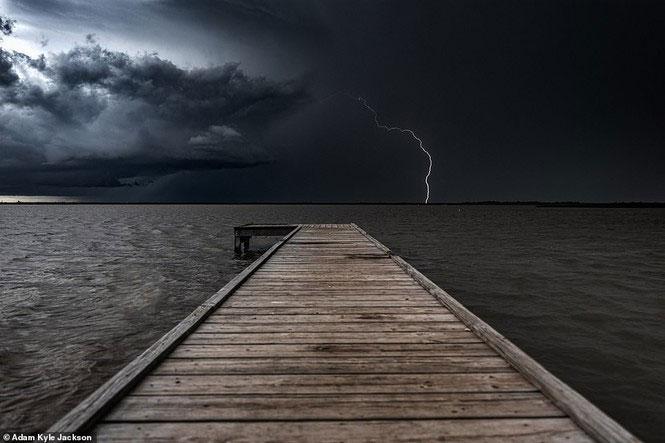Những khoảnh khắc đẹp đến rợn người của bão tử thần