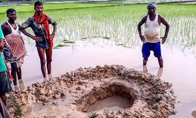 Nông dân Ấn Độ sốc khi thiên thạch rơi giữa cánh đồng lúa