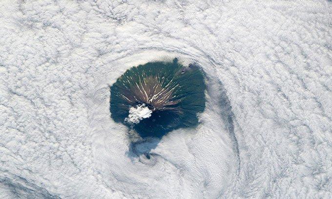 Núi lửa cao hơn 2.300m nhô lên giữa mây