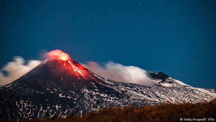 Núi lửa quái vật ở Ý vẫn còn sống, đang mọc cao thêm