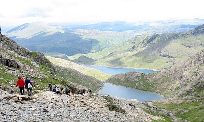 Ô nhiễm nhựa trên đỉnh núi cao nhất xứ Wales