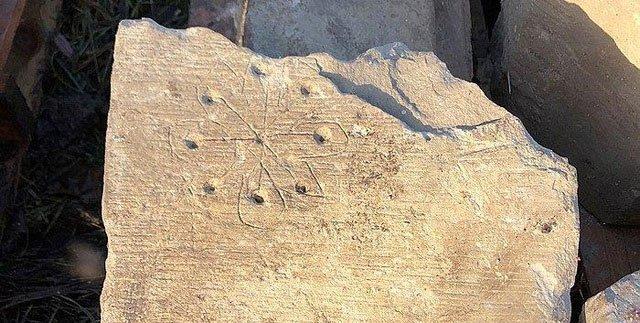 """Phát hiện """"dấu tích phù thủy"""" kỳ lạ trong nhà thờ thời Trung cổ ở Anh"""