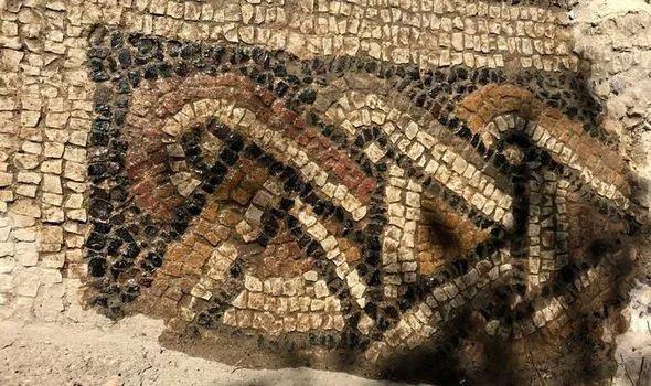 Phát hiện kho báu khủng 1.500 tuổi từ đống gạch vụn trong rừng