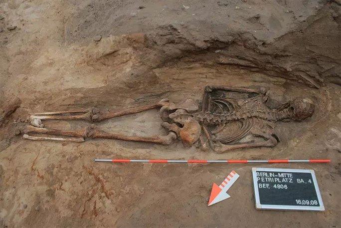 Phát hiện mộ cổ rùng rợn của một xác sống 400 năm tuổi