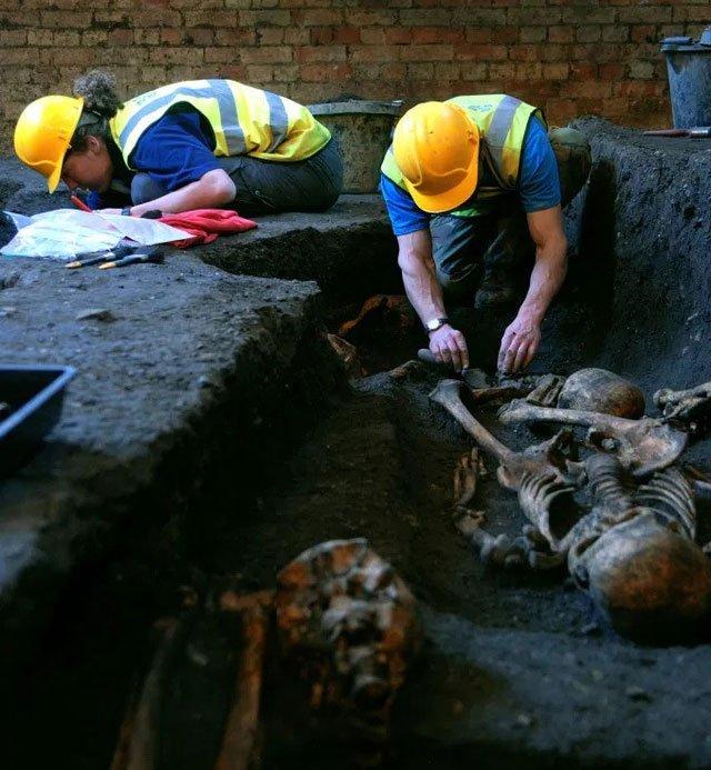 Phát hiện nhiều bộ xương bị gãy nát của người dân Anh vào thế kỷ 13