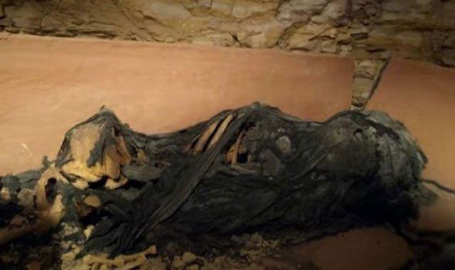 Phát hiện quan tài đất nung trong vách đá, mở ra kinh hoàng thấy xác ướp kỳ lạ bên trong