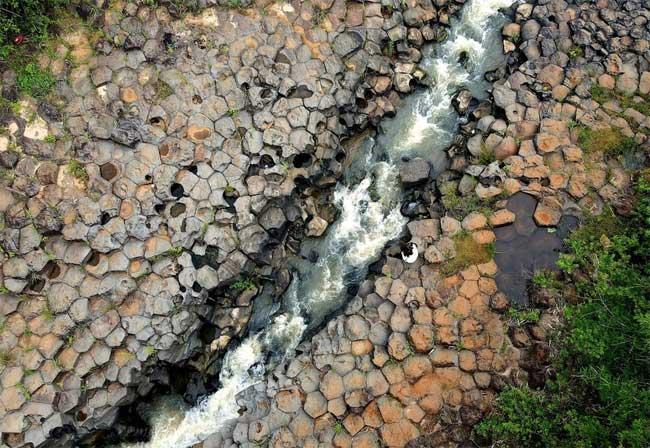 Phát hiện suối đá tổ ong kỳ lạ ở Gia Lai