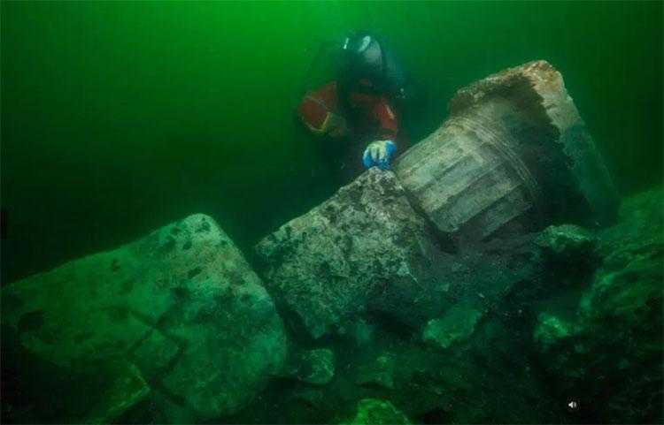 Phát hiện tàn tích đền và tàu chứa kho báu chìm dưới biển