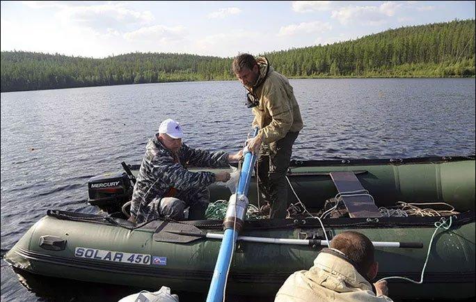 Phát hiện vật chất vũ trụ bí ẩn dưới đáy hồ của Nga