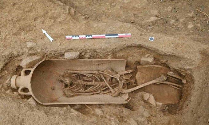 Phát hiện vò khổng lồ chứa hài cốt 2.000 năm tuổi