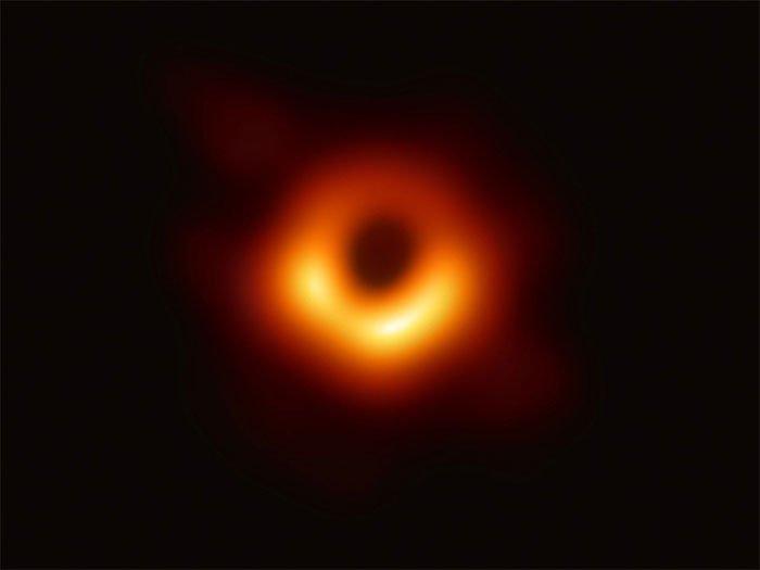 Phi hành gia có thể sống sót khi rơi vào hố đen?