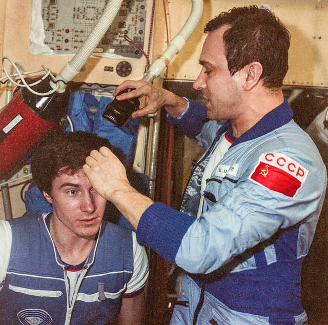 Phi hành gia số nhọ nhất thế giới: Bị bỏ rơi ngoài vũ trụ suốt 311 ngày!