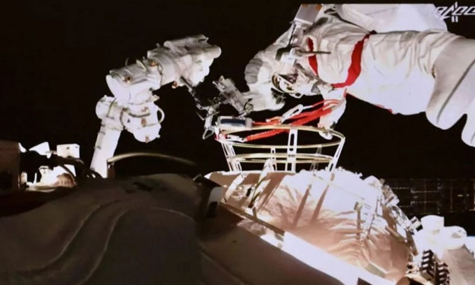 Phi hành gia Trung Quốc đi bộ ngoài trạm Thiên Cung lần hai