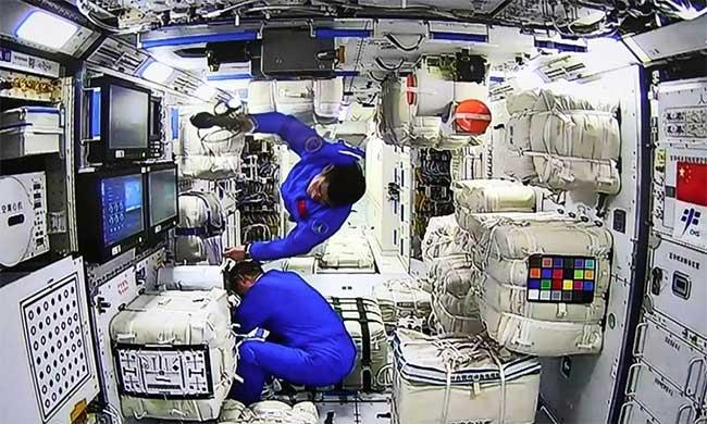 Phi hành gia Trung Quốc tiến vào trạm vũ trụ Thiên Cung