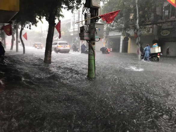 Phố phường Hải Phòng hóa sông vì mưa lớn kéo dài