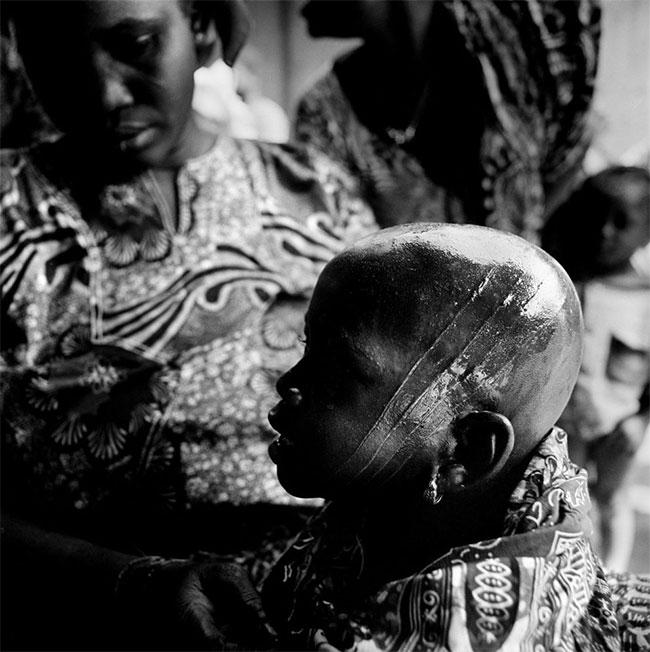Phong tục khắc đầu trẻ em đáng sợ của bộ lạc châu Phi