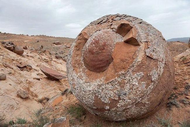 Quả cầu đá bí ẩn ở Tân Cương nằm ngoài khả năng chế tác của con người: Vậy chúng đến từ đâu?