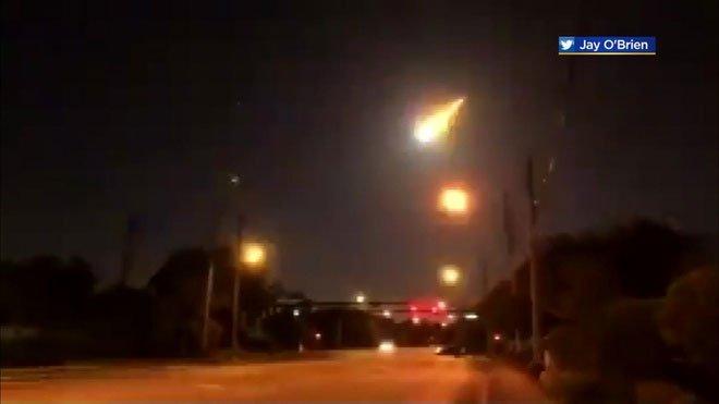 Quả cầu lửa bí ẩn thắp sáng bầu trời đêm ở Florida