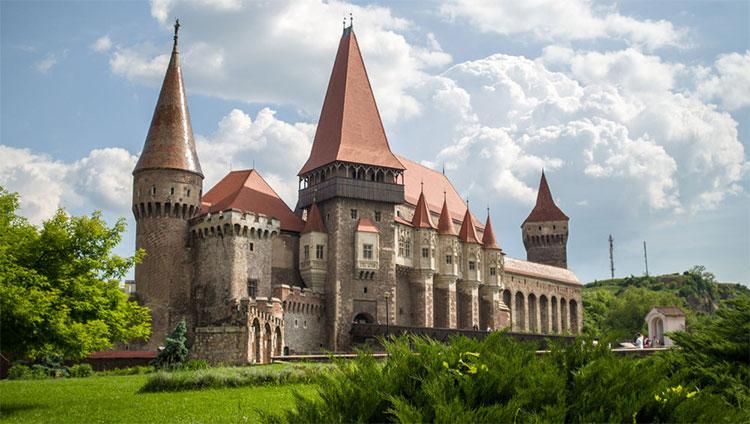 Quét radar xuyên đất lâu đài từng giam giữ Bá tước Dracula