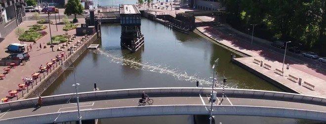 """Rào chắn bong bóng """"bẫy"""" chất thải nhựa trên sông ở Amsterdam"""