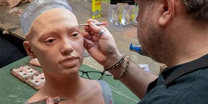 Robot đầu tiên thế giới có thể nhìn và vẽ chân dung người