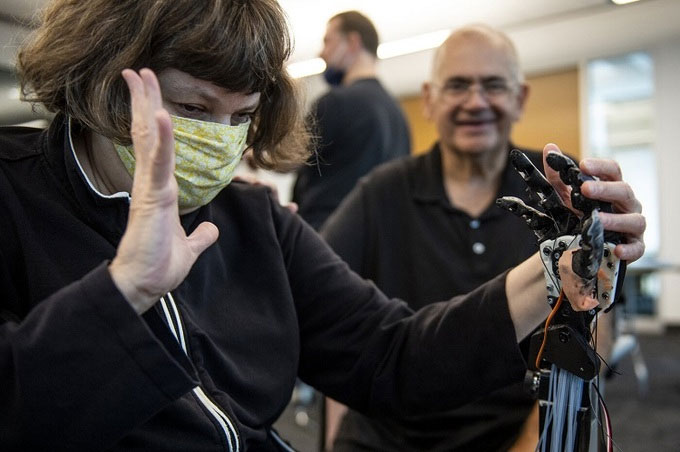 Robot dùng ngôn ngữ ký hiệu giao tiếp với người điếc mù