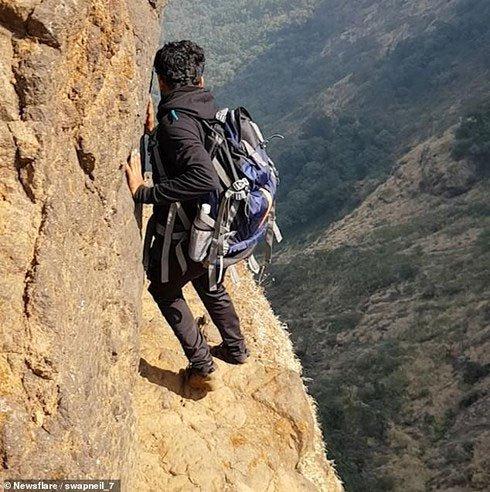 Rùng mình cảnh người đàn ông đi bộ trên vách núi cao 1.200m nguy hiểm nhất thế giới