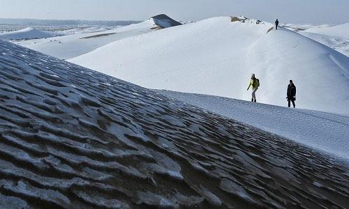 Sa mạc Trung Quốc phủ tuyết trắng xóa trong thời tiết -25 độ C
