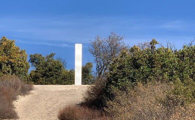 Sau sa mạc Utah và Romania, khối kim loại bí ẩn tiếp tục xuất hiện trên đỉnh núi ở California