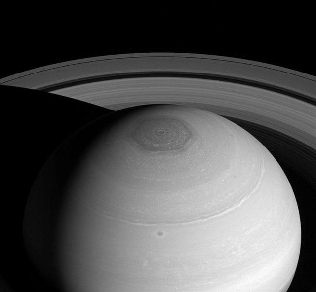Siêu bão trên sao Thổ có hình lục giác hoàn hảo bất ngờ