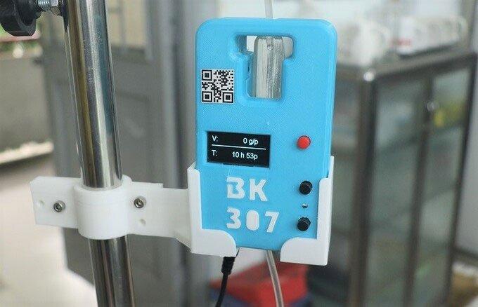 Sinh viên chế tạo thiết bị điều chỉnh bình truyền dịch từ xa