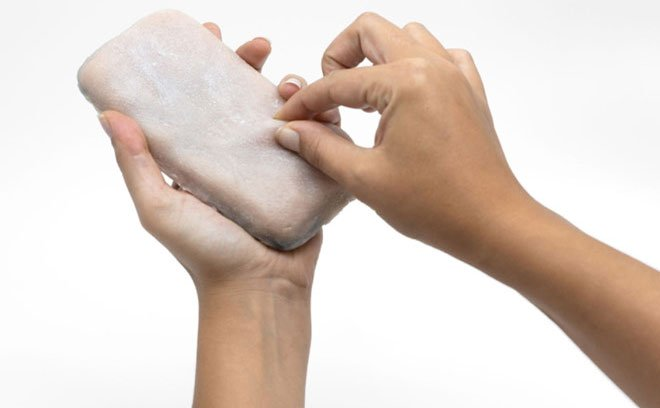 Smartphone có vỏ giống da người, biết rùng mình