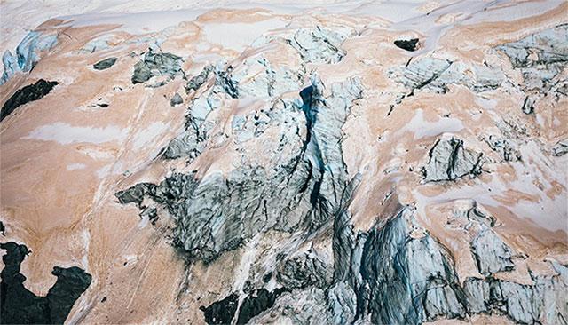 Sông băng trên núi New Zealand chuyển màu đỏ