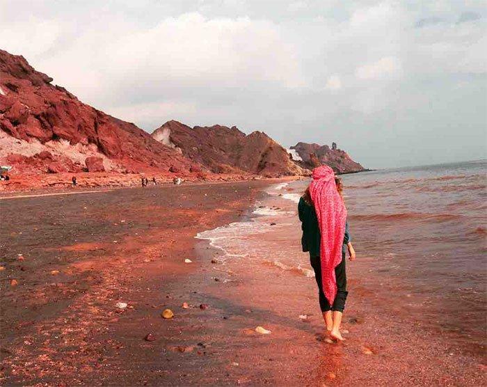 Sóng đánh đỏ ngầu như máu ở vùng biển lạ nhất thế giới, khách du lịch đổ xô tới tìm hiểu nguyên nhân