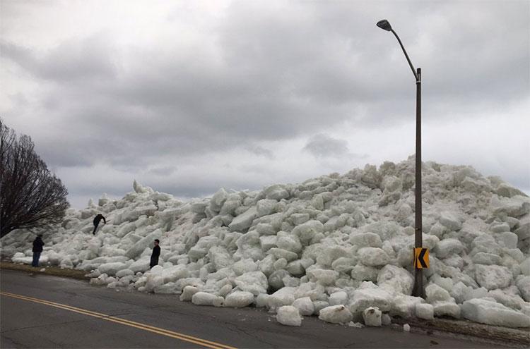 Sóng thần băng đe dọa chôn vùi nhà cửa ven bờ ở Mỹ