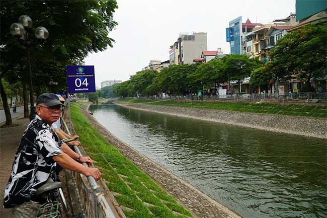 Sông Tô Lịch bất ngờ chuyển màu xanh sau khi nhận nước từ hồ Tây